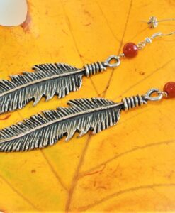 Evelynsdottir – Dangling silver plated feather earrings with carnelian pearl
