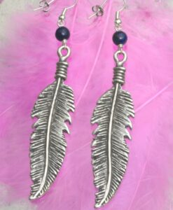 Evelynsdottir – Dangling silver plated feather earrings with black lapis lazuli pearl