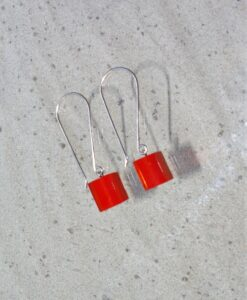 Zsiska – single bead cubic resin drop earrings, red